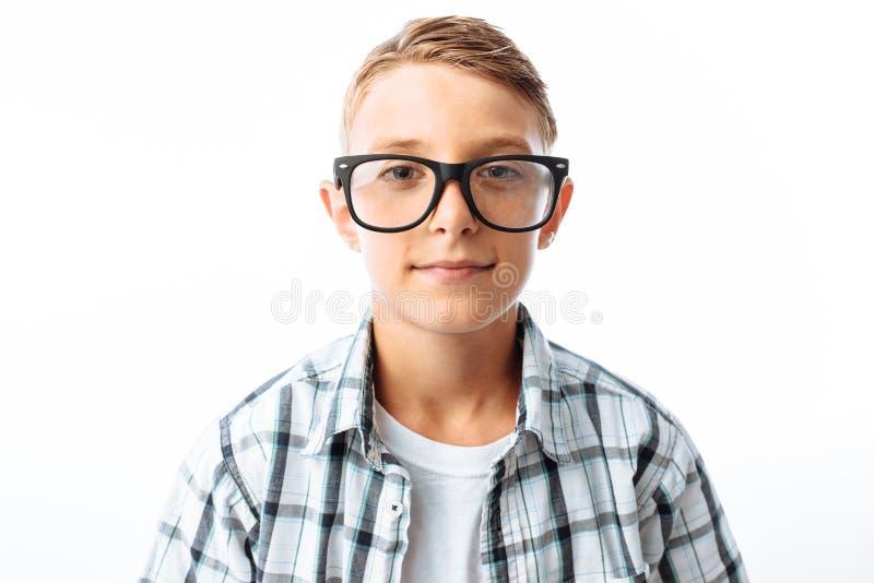 美丽的男孩,微笑,在白色背景的演播室的青少年的书呆子画象戴眼镜的 免版税图库摄影