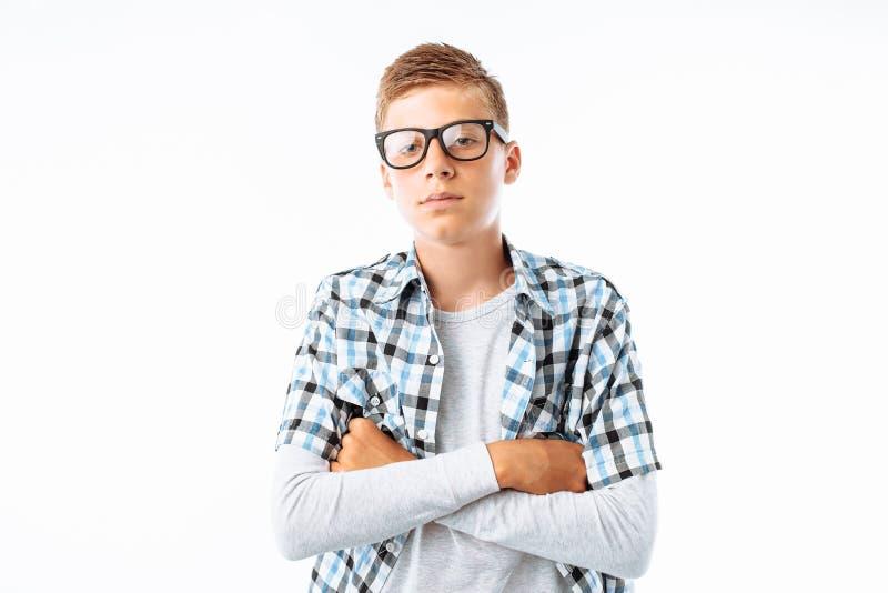 美丽的男孩,微笑,在白色背景的演播室的青少年的书呆子画象戴眼镜的 免版税库存图片