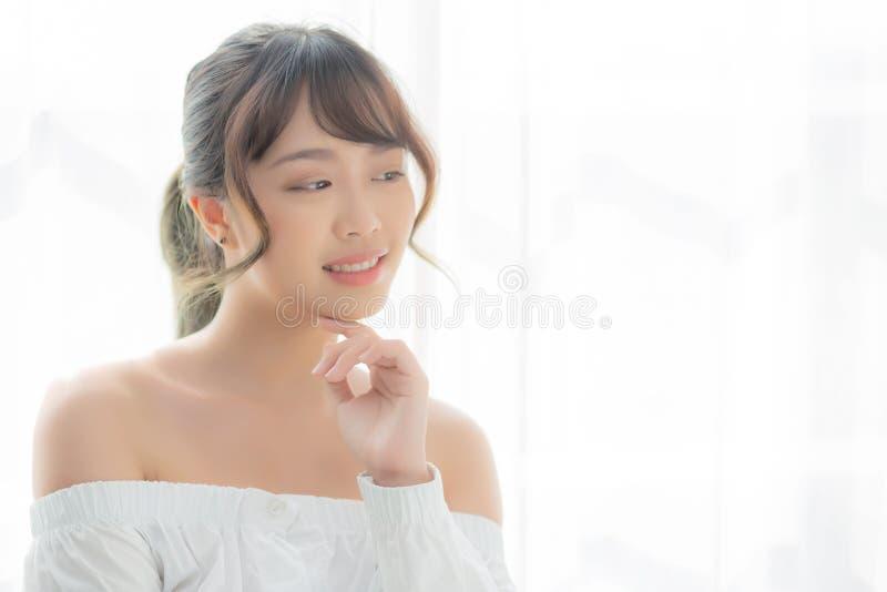 美丽的画象年轻亚洲妇女构成化妆用品,亚洲女孩微笑和愉快有吸引力 库存图片