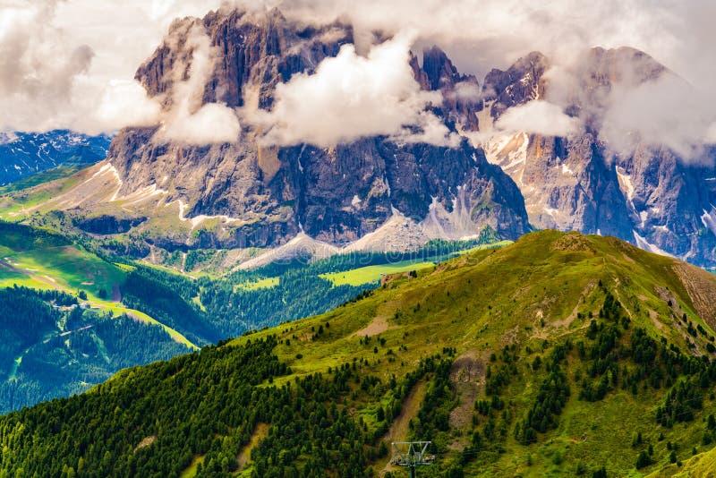 美丽的白云岩山的看法与云彩floatin的 库存照片