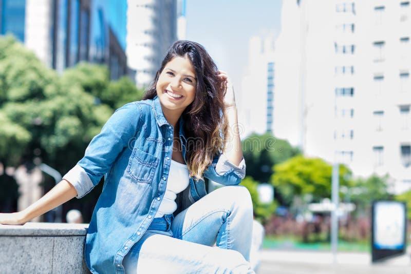 美丽的白种人年轻妇女在城市 免版税库存照片