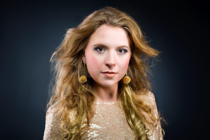 美丽的白种人白肤金发的女孩充分的画象  免版税库存照片