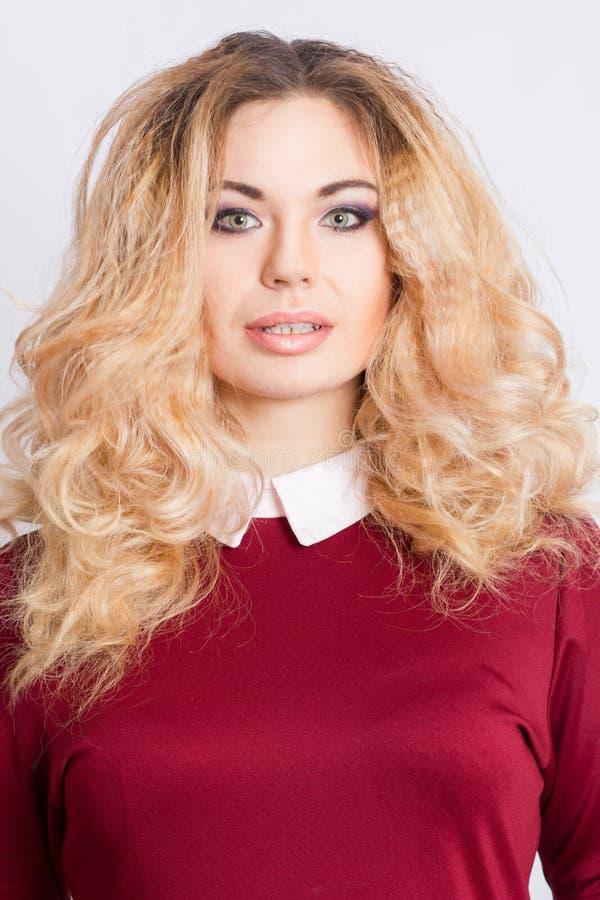 美丽的白种人白肤金发的妇女画象  免版税库存照片