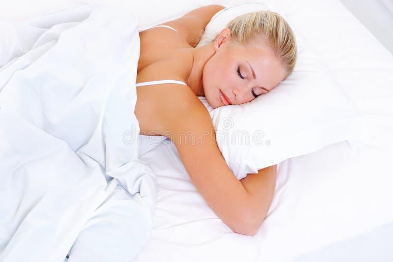 美丽的白肤金发的休眠的妇女 库存照片