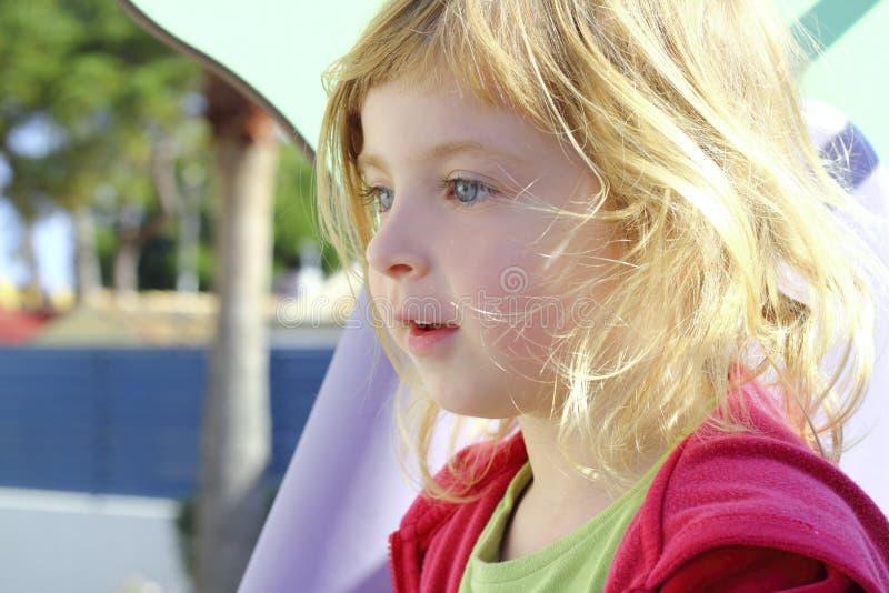 美丽的白肤金发的儿童女孩一点 库存图片