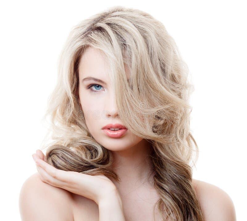 美丽的白肤金发的女孩。健康长的卷发。 库存照片