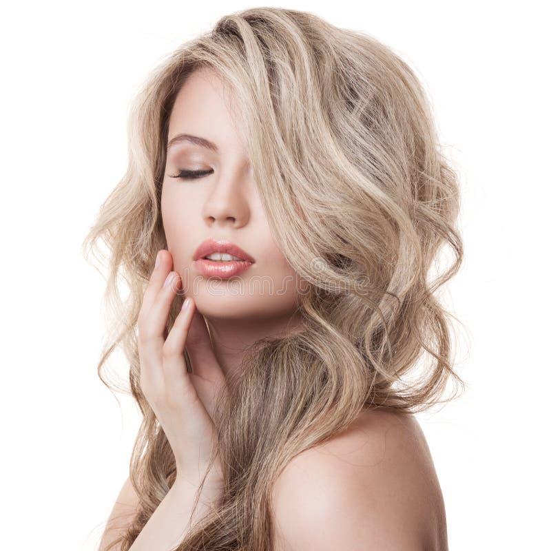 美丽的白肤金发的女孩。健康长的卷发。 库存图片
