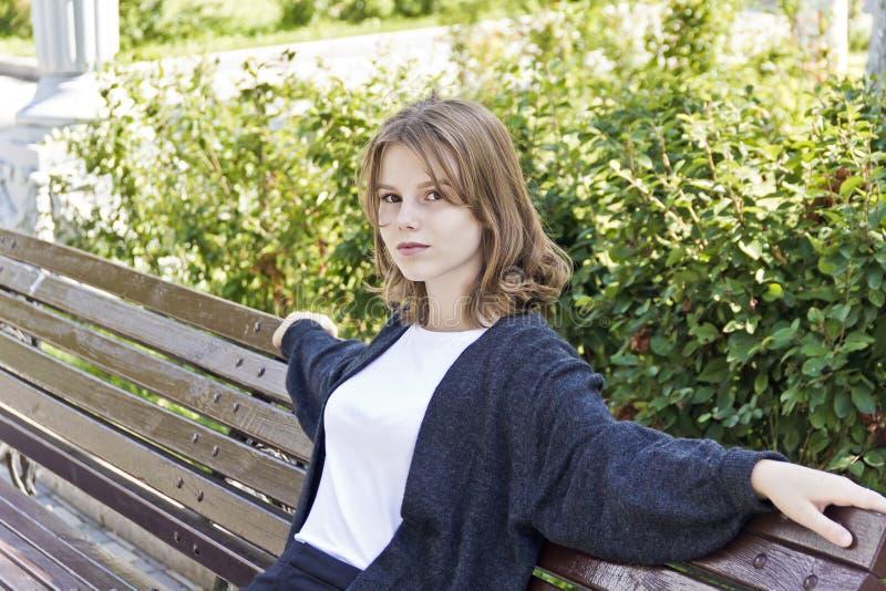 美丽的白肤金发的女孩十四岁 免版税库存图片