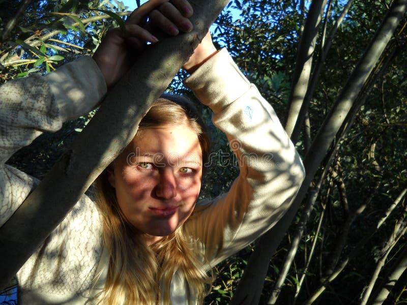 美丽的白肤金发的女孩在森林里 库存图片
