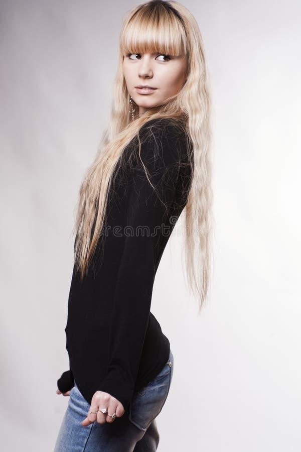 美丽的白肤金发的女孩年轻人 免版税库存照片
