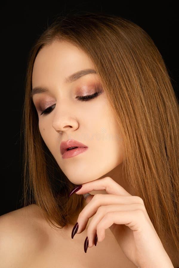美丽的白肤金发的女孩接近的画象有桃红色光滑的在黑背景组成 免版税库存图片