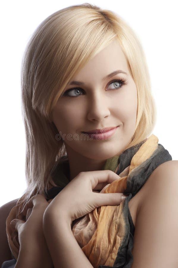 美丽的白肤金发的女孩纵向围巾 免版税库存照片