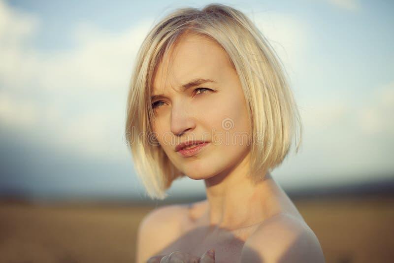 美丽的白肤金发的女孩纵向 库存照片