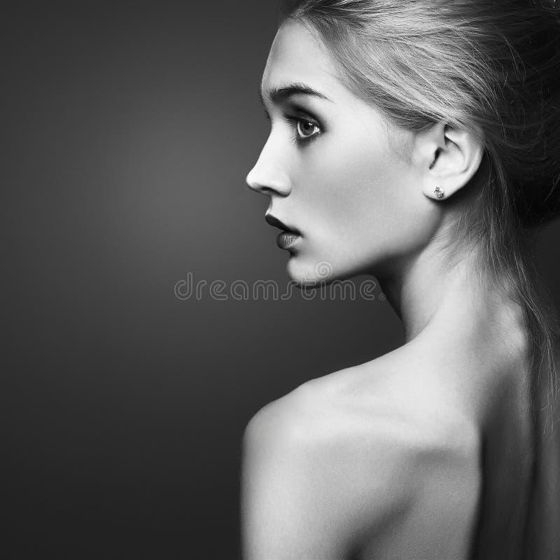 美丽的白肤金发的女孩 特写镜头时尚黑白照片画象 免版税库存图片