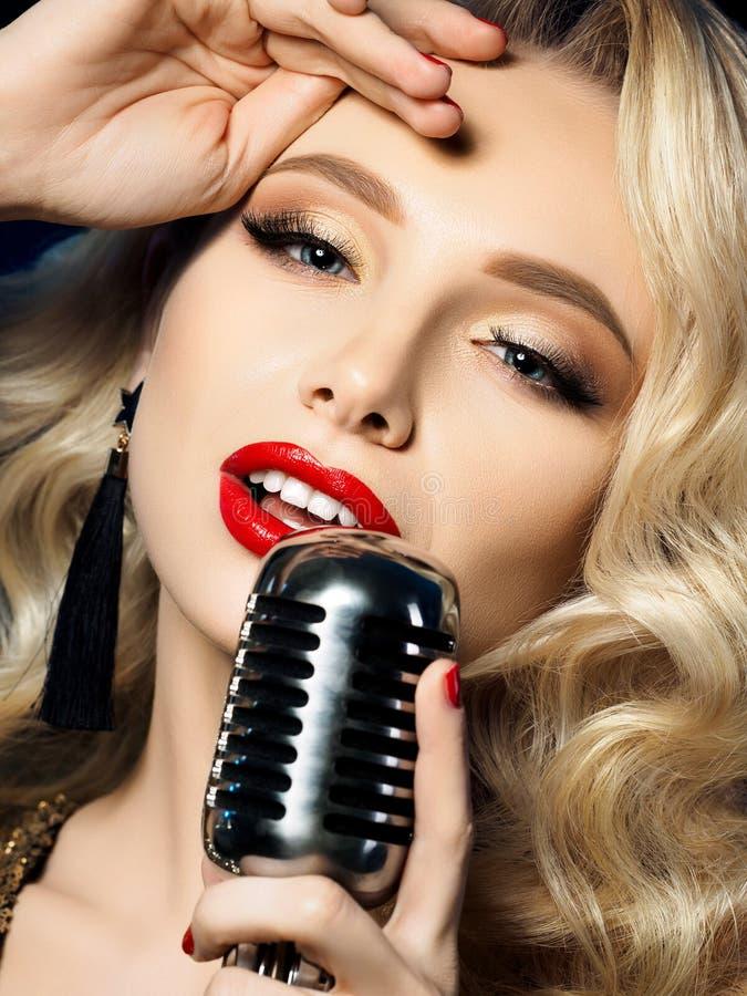 美丽的白肤金发的女歌手画象  免版税图库摄影