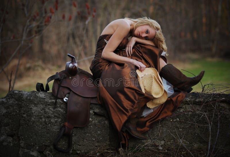 美丽的白肤金发的女牛仔头发 免版税库存照片