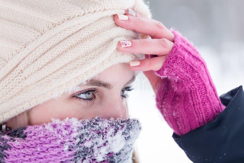 美丽的白肤金发的妇女冬天画象有围巾的在保护的鼻子和嘴免受霜 库存照片