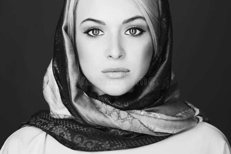 美丽的白肤金发的妇女单色画象围巾的 免版税库存图片