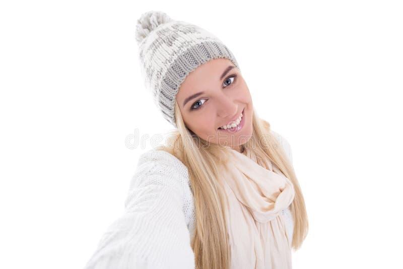 美丽的白肤金发的妇女在冬天给采取selfie照片isol穿衣 库存图片