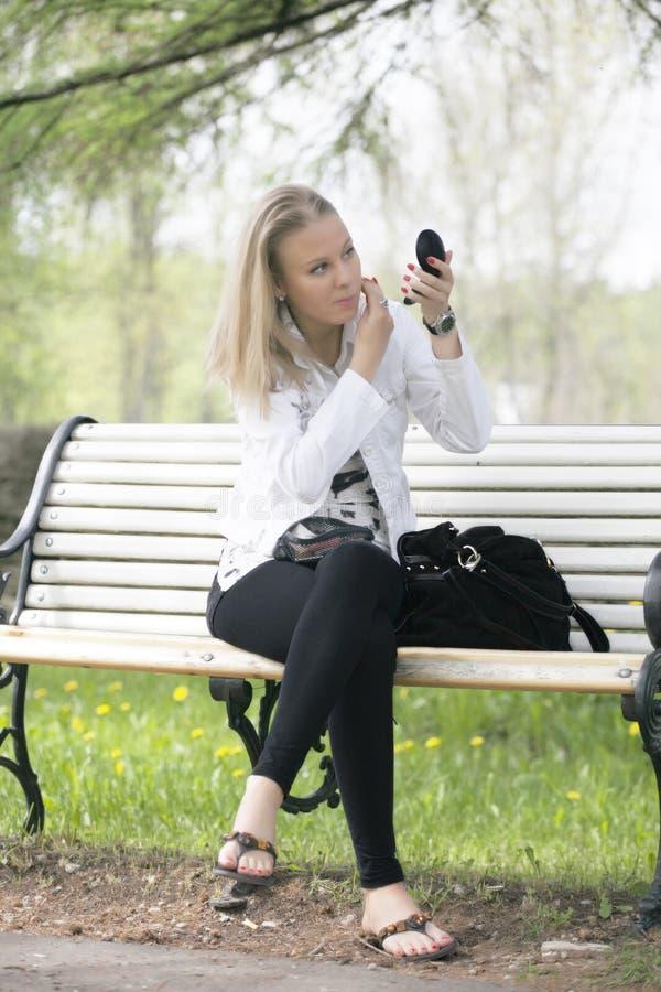 美丽的白肤金发的妇女 库存照片