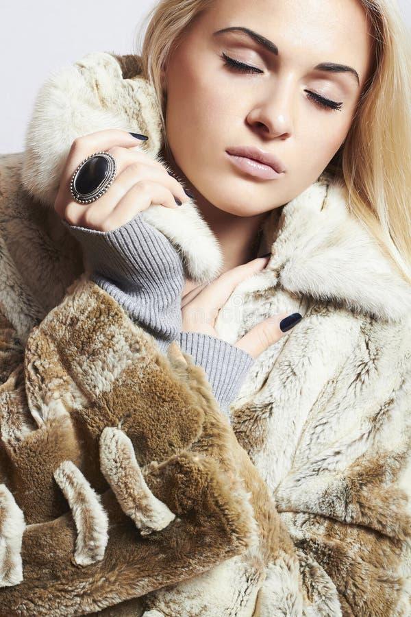 美丽的白肤金发的妇女女孩以貂皮毛皮Coat.winter时尚 免版税库存照片