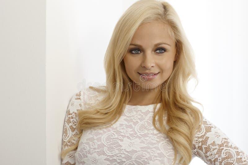 美丽的白肤金发的妇女特写镜头纵向  免版税库存照片