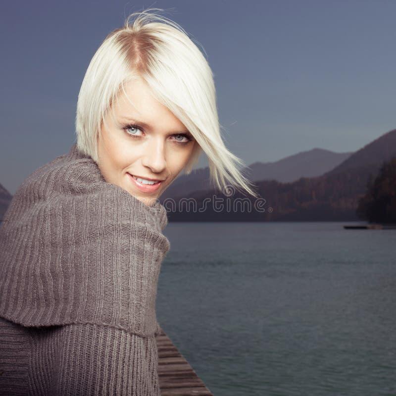 美丽的白肤金发的妇女秀丽画象  图库摄影