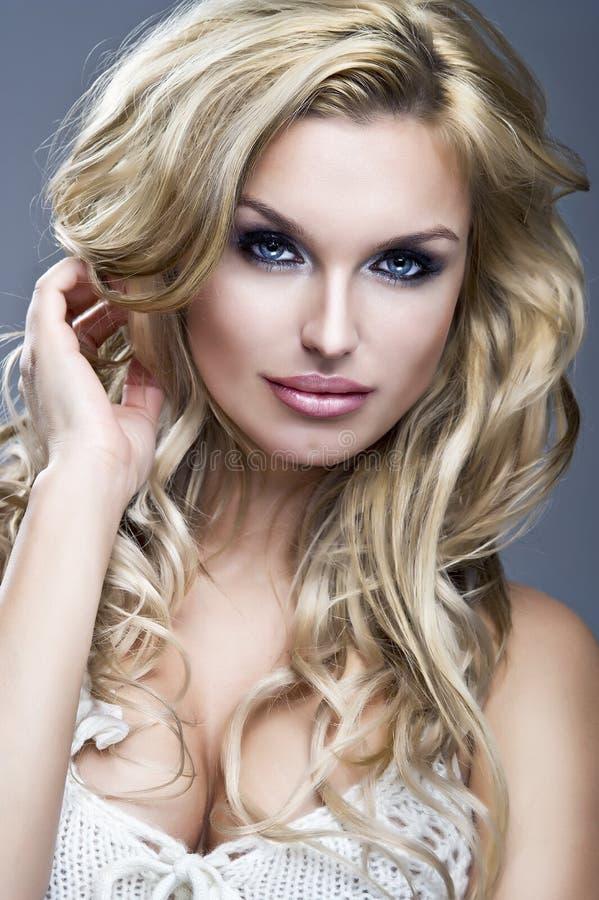 美丽的白肤金发的妇女纵向  图库摄影