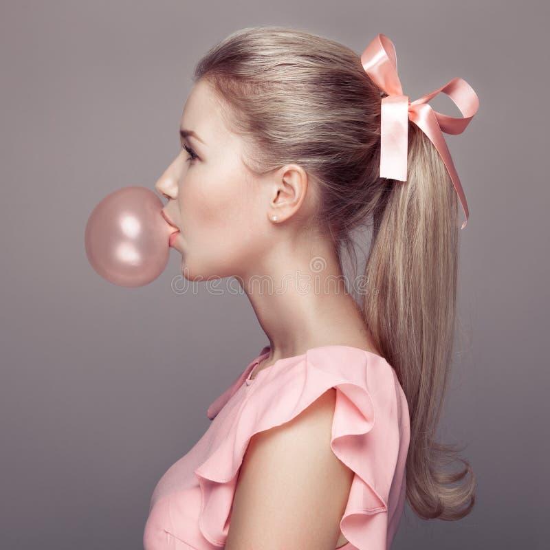 美丽的白肤金发的妇女 方式纵向 库存照片