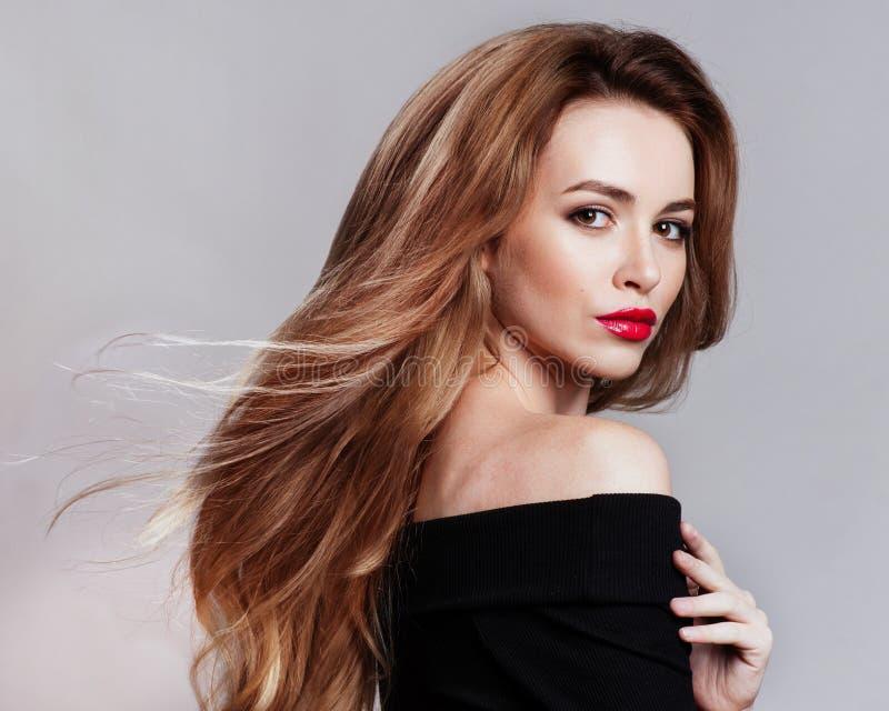 美丽的白肤金发的妇女画象有卷曲发型和明亮的构成的 自然查找 演播室, 库存图片
