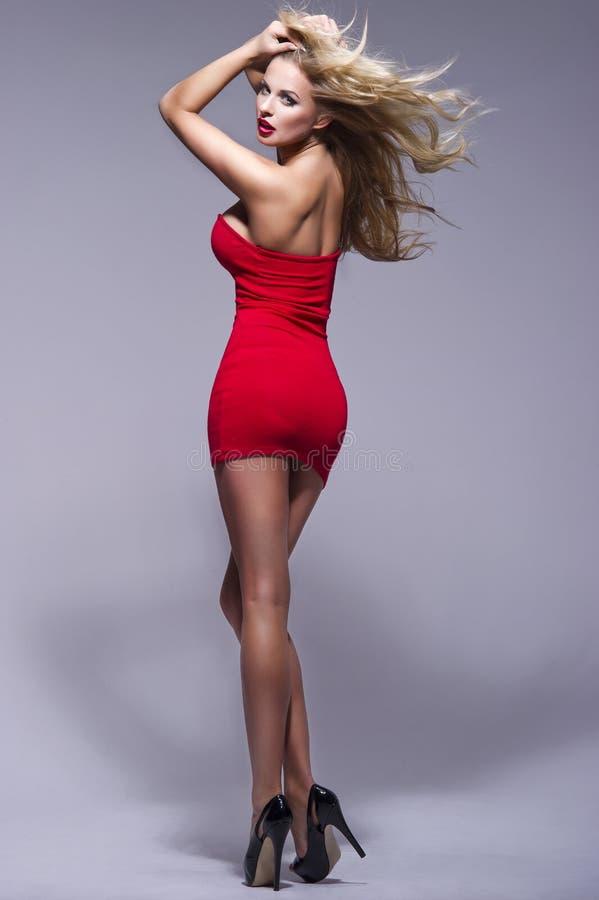 美丽的白肤金发的妇女画象有红色嘴唇的 库存照片
