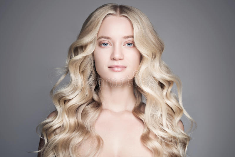 美丽的白肤金发的妇女画象有长的波浪发的 库存图片
