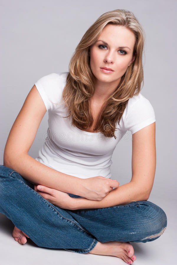 Download 美丽的白肤金发的妇女 库存图片. 图片 包括有 吟呦诗人, 人员, 下来, 折叠, 牛仔布, 成人, 头发 - 59105907