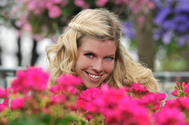 美丽的白肤金发的庭院女孩年轻人 库存图片
