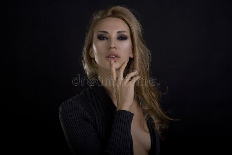 美丽的白肤金发的性感的妇女 可能 注视构成smokey 库存图片