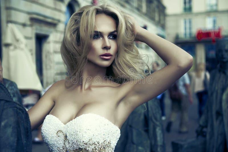惊人的白肤金发的秀丽 库存图片