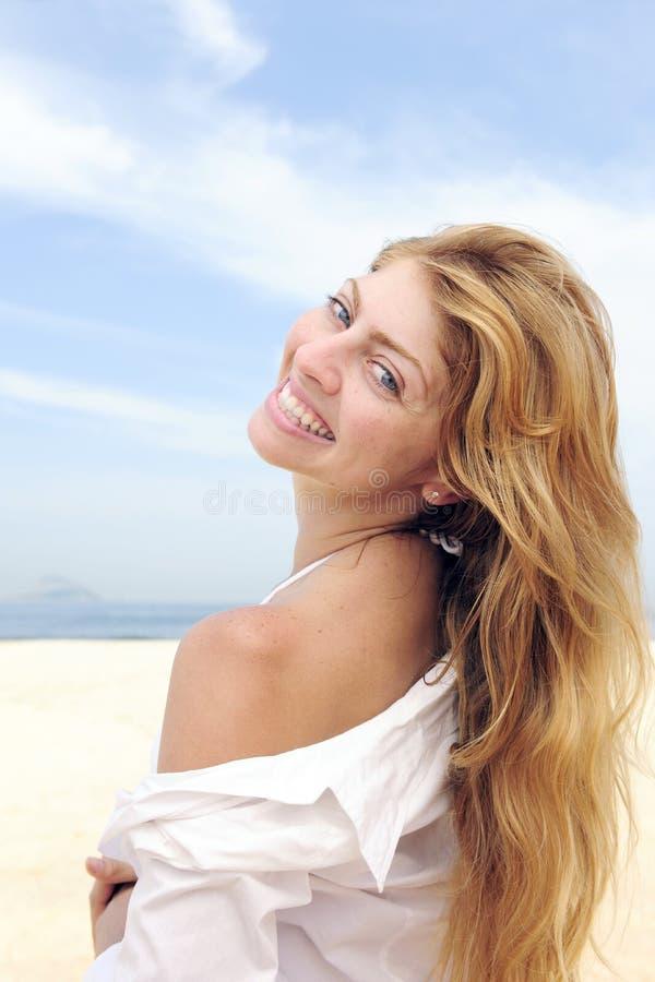 美丽的白肤金发的户外夏天妇女 免版税库存图片
