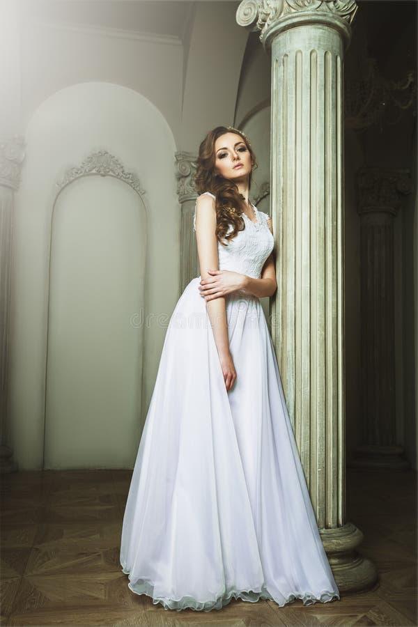 美丽的白肤金发的新娘妇女 穿戴婚礼白色 葡萄酒grung 库存照片