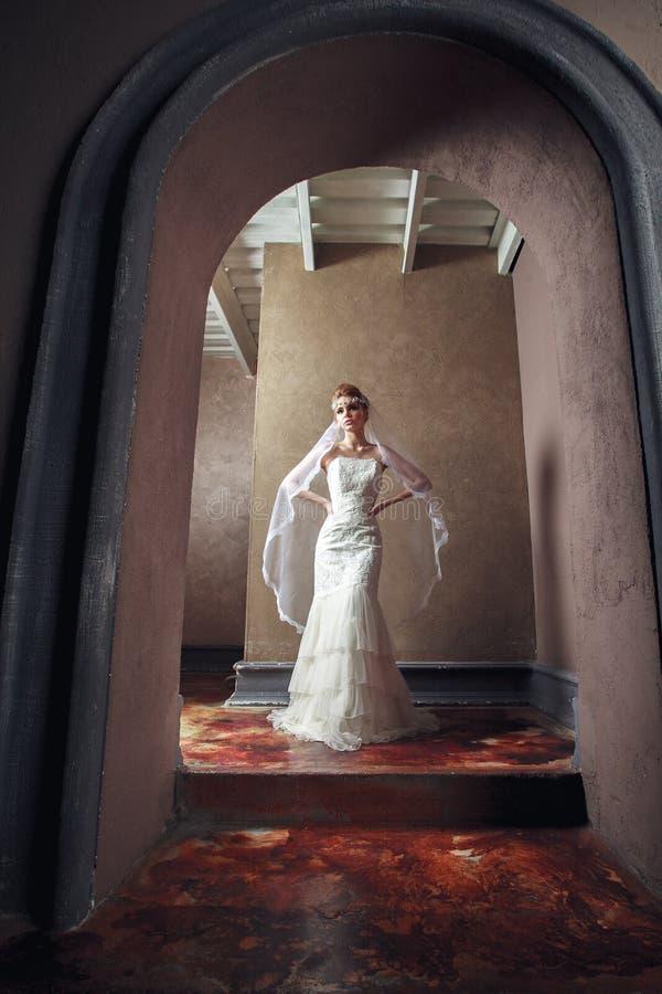 美丽的白肤金发的新娘妇女 穿戴婚礼白色 葡萄酒grung 免版税库存照片