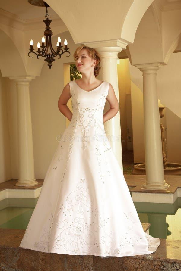 美丽的白肤金发的新娘 库存图片
