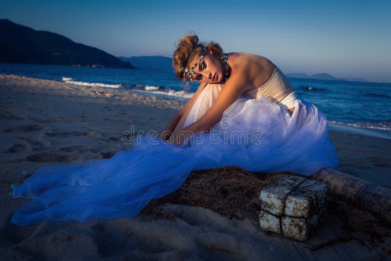 年轻美丽的白肤金发的新娘 库存图片