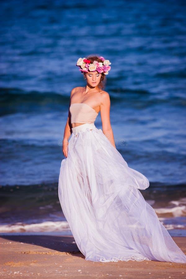 年轻美丽的白肤金发的新娘 免版税库存图片