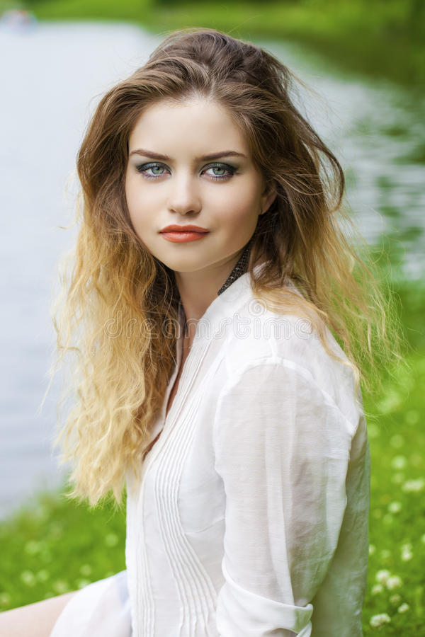 Download 美丽的白肤金发的眼睛集中纵向软的妇女年轻人 库存照片. 图片 包括有 安静, 欧洲, 白种人, beautifuler - 62536880