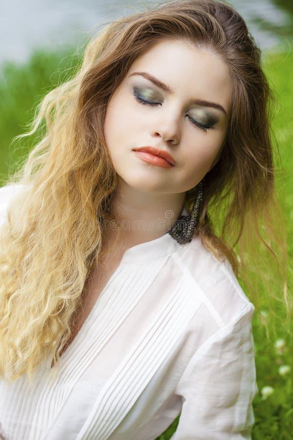 Download 美丽的白肤金发的眼睛集中纵向软的妇女年轻人 库存照片. 图片 包括有 白种人, 表面, 方式, 自然, 偶然 - 62536918