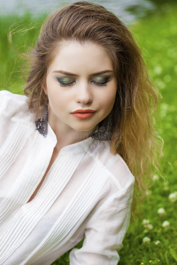 Download 美丽的白肤金发的眼睛集中纵向软的妇女年轻人 库存图片. 图片 包括有 偶然, 室外, 头发, 有吸引力的 - 62536955