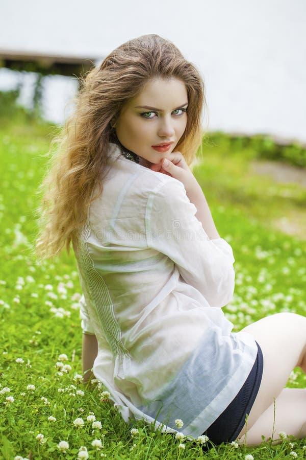 Download 美丽的白肤金发的眼睛集中纵向软的妇女年轻人 库存照片. 图片 包括有 可爱, 蓝色, 白种人, 成人, 自然 - 62537044