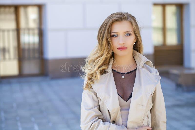 Download 美丽的白肤金发的眼睛集中纵向软的妇女年轻人 库存照片. 图片 包括有 眼睛, 头发, 灰色, 嘴唇, 礼服 - 62538178