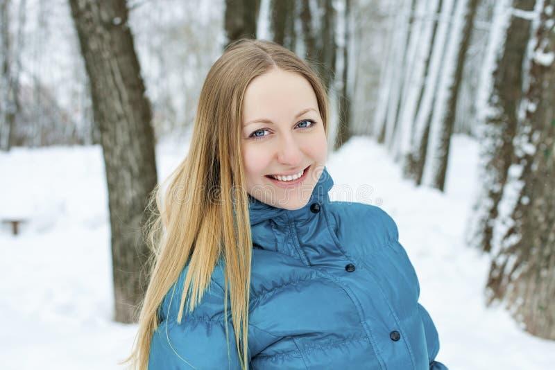 美丽的白肤金发的眼睛集中纵向软的妇女年轻人 免版税库存图片