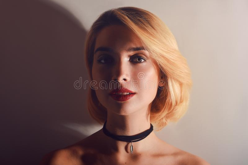 美丽的白肤金发的短发样式妇女定了调子特写镜头画象 时装模特儿画象与明亮的构成的 大嘴唇,减速火箭的样式 免版税库存图片