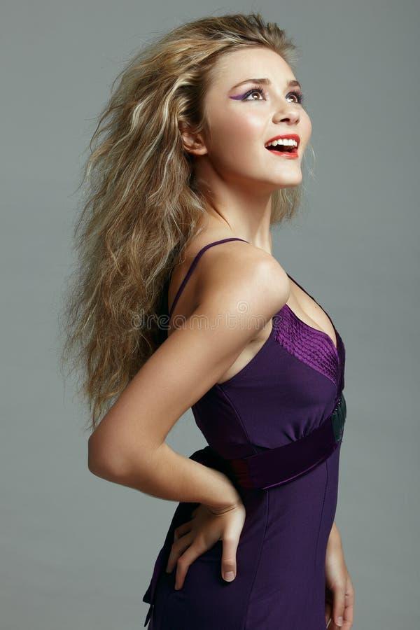 美丽的白肤金发的礼服紫色妇女 免版税库存图片